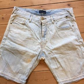 3 stk shorts i denim. De lyse og sorte er brugt få gange og de blå er stadig med prismærke. 80kr stk.