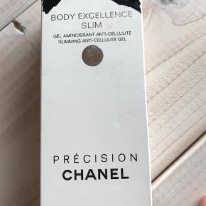 Varetype: Chanel  anti cellulite gel  Størrelse: 150ml Farve: Hvid Prisen angivet er inklusiv forsendelse.  Kassene er lidt skadet ellers er den ny mp 580. Kig min andre anonnce !!!