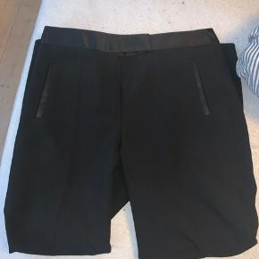 Zara Habit/kontor bukser. De er aldrig brugt. Der tages ikke billeder med bukserne på 😊  Jeg bytter ikke.  God mængderabat gives - så tjek mine andre annoncer 🌸