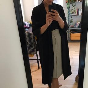 Lang tynd sommer frakke fra Monki.  Den ene knap er desværre gået i stykker, men den fungerer fint uden.  Kom gerne med bud
