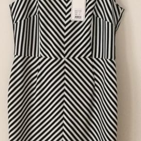Meget fin og anvendelig kjole i sorte - hvide striber. Str 42.  Polyester og elastan. Dejligt stof.  Kjolen kan anvendes hele året. Køber betaler Porto .