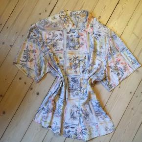 Funky oversizeskjorte med skulderpuder og fine pastelbilleder af fugle og natur 🐦