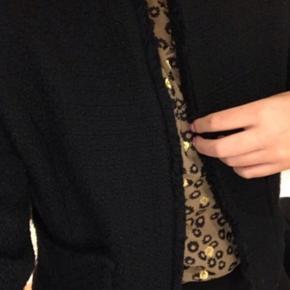 Størrelsen på jakken er en xl dog er det meget misvisende da den også passes af en small/medium😊🤩