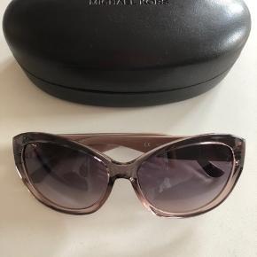 Solbriller aldrig brugt og står derfor uden fejl eller andet.