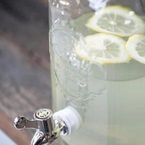 Varetype: glasbeholderStørrelse: B 17 cm H 32 cm L 14 cm Farve: klar glas Prisen angivet er inklusiv forsendelse.  4 NYE glasbeholdere med taphane fra Ib Laursen. kan bruges til saft, vand eller lækre drinks. super skøn på sommerbordet, årets fest bord, eller blot i køleskabet med skønne lækkerier. ca. 4 L indeholder en glasbeholder.  B 17 cm H 32 cm L 14 cm SENDES IKKE** De kan hentes på Djursland  bud fra 425 kr / samlet for alle 4  kan evt. også sælges enkeltvis..  *Handel kan foregå via TS, kontant, via bankkonto & Mobilepay*