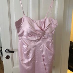 Fin og festlig kjole.   Kan sendes eller afhentes i Rødovre.