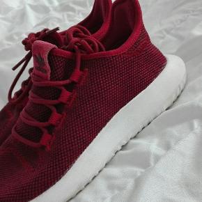 • Adidas tubular sneakers købt i JD Sport. • Brugt et par gange og vil blive vasket inden køber afhenter.  🌸 Afhentes på Amager eller København. Sender ikke.