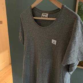 Acne T-shirt fra Paris. Brugt ganske få gange og sættes til salg for 200 kroner.