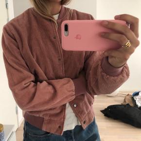 Brandy melville jakke i lyserød. Det er en Onesize men passer en small/medium.  Byd gerne💛