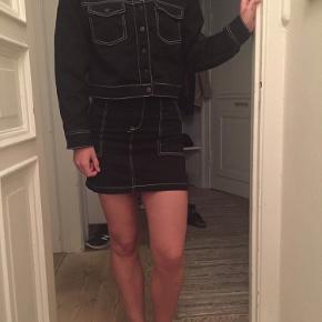 Rigtig fint sort denim sæt fra H&m - jakken i str 36 og nederdelen 34 🖤 sælges både samlet og enkeltvis! Kom gerne med bud!