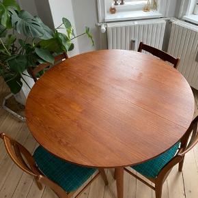 Flotteste runde spisebord i teaktræ med mulighed for forlængelse (plade medfølger). Sælges pga. flytning. God stand med få brugsspor, se billeder.