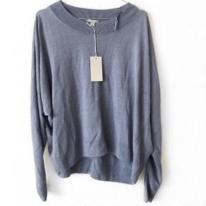 COS bluse i en fin blålig farve   Størrelse: S   pris: 200 kr    fragt: 37 kr   ny pris: 490 kr