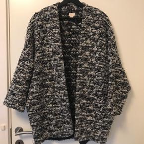 Sælger denne fede oversize cardigan fra H&M med 3/4 ærmer :) rigtig god her til efteråret