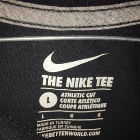 Super fin Nike trøje i str L Kan sagtens bruges af begge køn