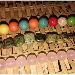 Gennemborede stenperler sælges, blandt andet Candyjade. Til smykkefremstilling o.lign.