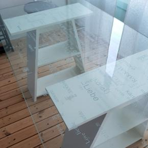Ikea bord med glasplade. Glaspladen ligger ovenpå bordet. Kan benyttets både som skrivebord og spisebord.  Det er i god stand, sælges billigt.