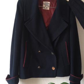 Smuk jakke, ingen brugstegn, brugt få gange og derfor i fin stand. BYD :-)