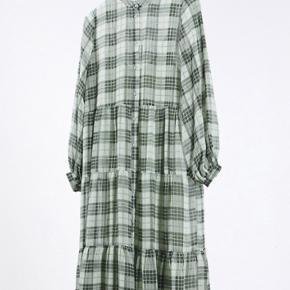 Smuk kjole fra Minimum i grøn med tern. Let transparent men med underkjole indbygget i kjolen. Skriv gerne for flere billeder eller mål.
