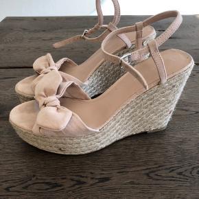 Sandaler med kilehæl. 10 cm hæl og 3 cm plateau. Brugt én gang.