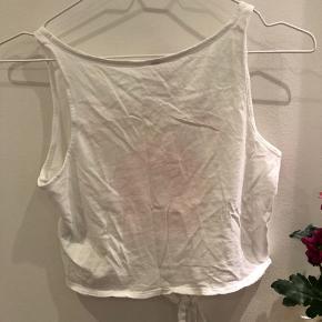Top fra H&M divided, med print og bindedetalje. Den er brugt meget lidt, og bliver vasket og strøget før salg. Røgfrit hjem!