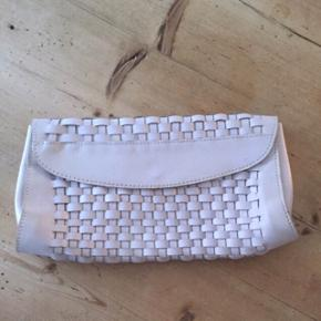 Hvid læder vintage clutch i flet uden rem. Se alle billeder. Kom med et bud