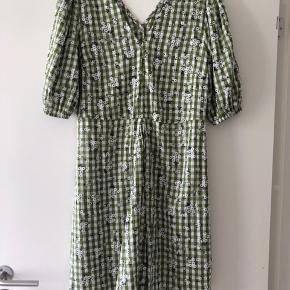 Helt ny kjole med prismærke. Fra røgfrit hjem. Np 280 kr.