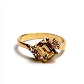 Forgyldt messing ring med en facetslebet champagnefarvet juvel og 4 zirkoner.  Str. 53.  Indre ringmål = 16,8 mm med stempel 1440 indeni.  Ringen er en unik prøve og der findes kun denne ene. Skabt af en guldsmed i 1960'erne.  Aldrig brugt- sælges kun fordi den er for stor i str. til mig.   Kan ses/prøves/afhentes i Esbjerg eller sendes - køber afholder fragt og ansvar.
