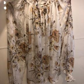 Helt ny bluse fra H&M, stadig med pris. Str42, men vil sige den kan passe en M-XL, da den skal være ret løs og luftig (selvfølgelig mere luftig jo mindre str du er:-)   Tager ikke billede med tøj på, da den sælges fordi den ikke passer mig.  Køber og handler udelukkende via Tradono-handel.