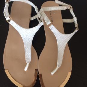 Sandaler fra new look, str. 39. Få skrammer. Kan passe til en str. 38.  Jeg er åben for bud :)