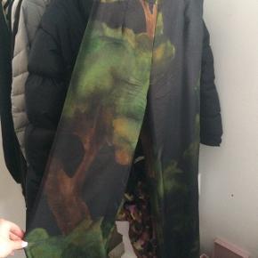 Fineste Stine Goya silke bukser  Ny pris 2000kr  Brugt en aften, ellers bare hængt på en bøjle  Lagt et par centimeter op, da de var for lange  De måler omkring 100 cm fra talje til bund  I taljen måler de omkring 70 cm +-   Kontakt mig gerne for mere information:)