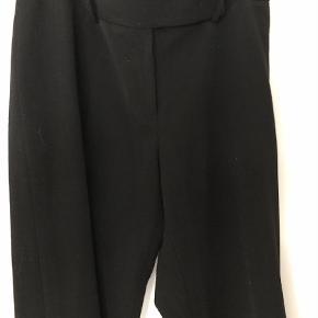 Varetype: Trompet Farve: Sort Oprindelig købspris: 1500 kr.  Super fine og klassiske bukser fra Day. Vide forneden.