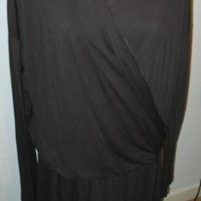 Varetype: kjole Farve: Sort Oprindelig købspris: 399 kr.  Brystmål det er svært at måle præcist for den er jo åben fortil så man kan jo sagtens have en stor barm i den 124-?? cm Længde 112 cm.  Kom med et friskt bud på mine vare, alle bud tages seriøst, nogle syntes 40 Kr. er mange penge mens andre syntes det er et greb i lommen. hvis jeg syntes det er for lidt, kan vi vel forhandle lidt, der bliver ingen sure svar tilbage. Enten kan vi blive enige eller også bliver der jo bare ingen handel  Se også mine andre vare, har rigtig mange