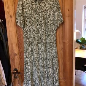 Pieces kjole købt i august. Str. L men passer en s/m sådan at kjolen sidder lidt løst.
