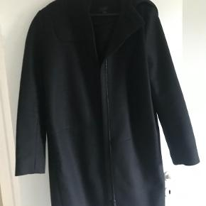 Sød frakke fra COS, som er perfekt til årstiden nu. Den er kun brugt nogen få gange og er derfor også som ny.