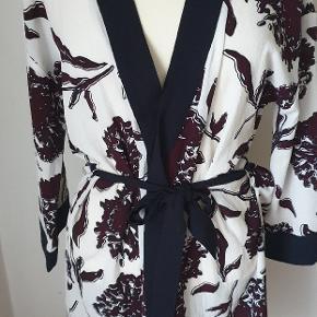 Smukt sommer blazer (kimono)model Thelma fra Modström str.S