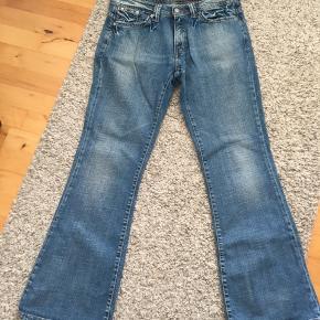 Levis  vintage bootcut jeans, de sidder så pænt på en, jeg har sagt at standen er god men brugt da jeg købte dem i en vintage genbrugs forretning og ved ikke hvor meget de var blevet brugt før, men standen på dem er så god. Jeg har desværre kun brugt dem et par gange, de er bare ikke så meget mig mere. Str. Står ikke nogle steder, men passer fint en S-M. Jeg bruger bælte da de er lidt store i livet. Byd meget gerne på en pris:)