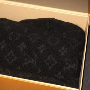 Sælger dette Louis Vuitton halstørklæde. Halstørklædet er udsolgt alle steder og har været det i lidt over et års tid. Cond 8/10 der er noget fnuller på(kommer pga det er bomuld, så kan ikke undgåes) Np va 2100  Mp 1250 da det er budt Bin 1600 Alt og medfølger  Skriv Pb for flere oplysninger!