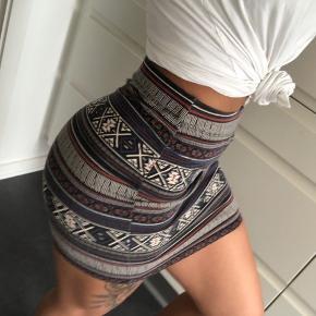 Super fin nederdel i elastisk og behageligt materiale. Fejler ingenting  Passer både xs og s