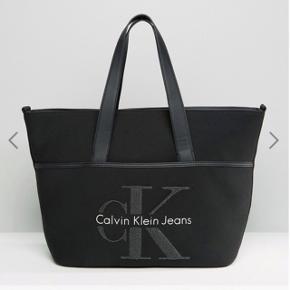 Calvin Klein taske:) få tegn på slid, som det ses på 1 af billederne. Mp 900kr.