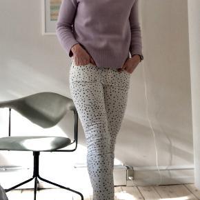 Fine mørkeblå prikkede hvide jeans