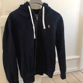 Sweatshirt i mørkeblå med hætte. Den er i str L, og vasket 1 gang.  Køber betaler fragt