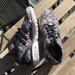 Sælger disse super fede adidas sneakers.  De er aldrig blevet brugt, så skoen står som ny. Farven driller en smule pga. solen - de er sorte, hvide og grå (se billeder i kommentarfeltet)☺️ Smid endelig et bud, er meget åben, da de blot står og trænger til at komme i brug☀️ Skoen er en str. 37 1/3  Nypris: omkring 750kr.  - Afhentes i Aarhus C - Sender også gerne forsikret via dao, selvfølgelig i en skoæske - 45kr.