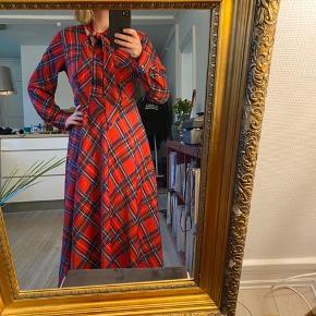 """A-line 3/4 lang kjole lavet af silke. Med bindeband som man kan lege med for forskellige """"looks"""", skjult lynlås i siden. Kun brugt 2 ganger"""
