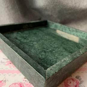 Marmorfad i grøn med tilhørende marmorskål som fx kan bruges til smykker eller stearinlys :-)