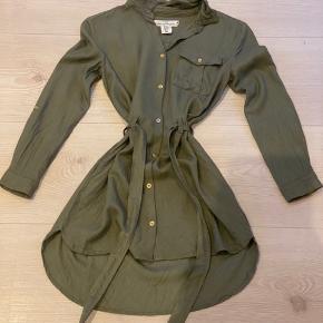 Flot grøn kjole, der kan bindes og knappes på maven. BYD gerne ;)