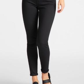 Str.26/33    Jeans fra Lee i en lækker, blød bomuldsdenim. Bukserne er en helt klassisk '5 Pocket Model' med 'Skinny Fit', knap- og lynlåslukning - normal talje. Et par fede jeans til basisgarderoben.