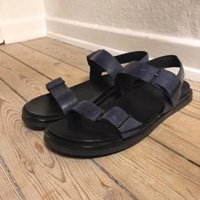 Billi bi sandaler i læder med mørkeblå remme og sort bund