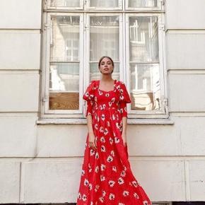 GANNI Linaria Red / Floral Printed Dress i 70% bomuld og 30% silke. Nyprisen var 2000. Den kan sagtens passe en str 36 også. Kun brugt få gange og har ingen brugsspor eller tegn på brug eller slid!!