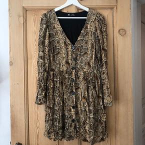 Fineste kjole fra ZARA.  Der står Xl i kjolen, men vil nærmere kalde den en M.  Sidder løst på kroppen. Fejler intet.