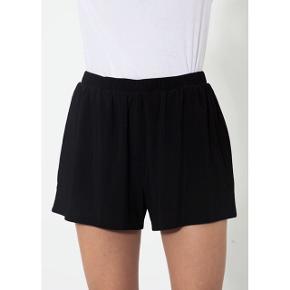 Moss Copenhagen sorte shorts, de har elastik i livet   størrelse: S   pris: 70 kr   fragt: 37 kr